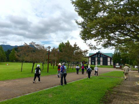 年齢性別問わず、公園で楽しくノルディックウォーキング講習会
